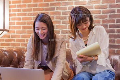 パソコンでビジネス 若い女性の写真素材 [FYI00894428]