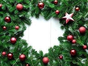 赤いクリスマス飾りとモミの葉のフレームの写真素材 [FYI00894822]