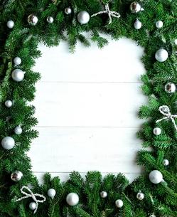 銀色ののクリスマス飾りとモミの葉のフレームの写真素材 [FYI00894832]
