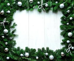 銀色のクリスマス飾りのフレーム 白木材背景の写真素材 [FYI00894833]