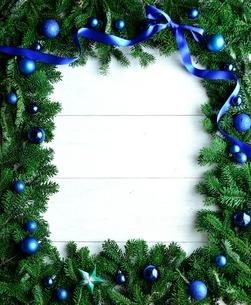 ブルーのクリスマス飾りとモミの葉のフレームの写真素材 [FYI00894834]