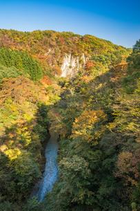 雪割橋から見る紅葉の写真素材 [FYI00895027]