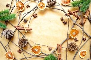 オレンジとシナモンスティックとモミの葉 フレームの写真素材 [FYI00895043]