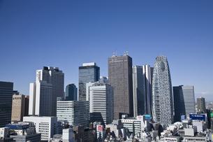新宿駅西口駅前の高層ビル群の素材 [FYI00895578]