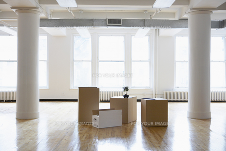 Cardboard boxes in empty roomの素材 [FYI00899502]