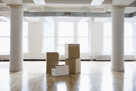 Cardboard boxes in empty roomの素材 [FYI00899529]