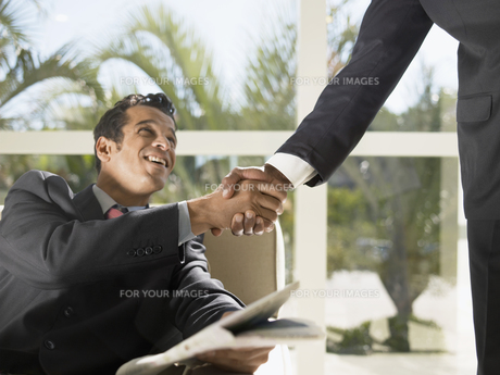 Businessman shaking handsの素材 [FYI00899715]