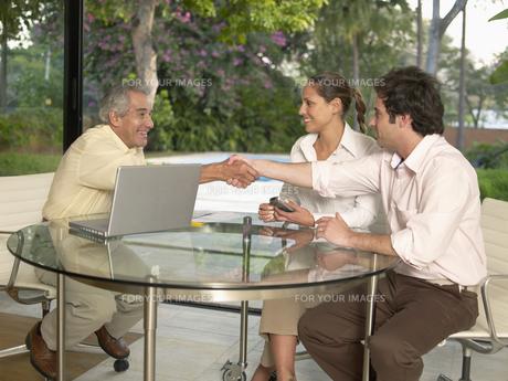 Businesspeople meeting in living roomの素材 [FYI00899975]