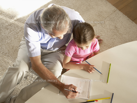 Grandfather and granddaughter drawingの素材 [FYI00899985]