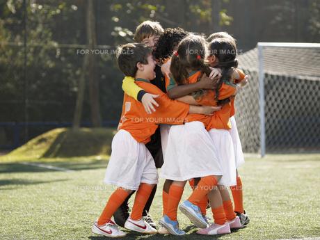 Children in soccer uniforms huggingの素材 [FYI00900018]