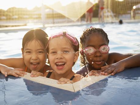 Three girls in swimming pool (portrait)の素材 [FYI00900035]
