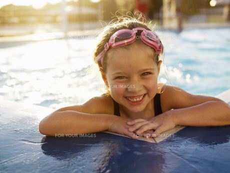 Young girl in swimming pool (portrait)の素材 [FYI00900036]