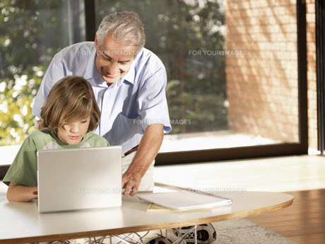 Grandson and grandfather using PCの素材 [FYI00900037]