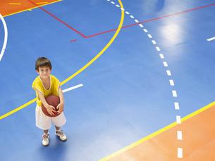 Boy holding basket ballの素材 [FYI00900041]