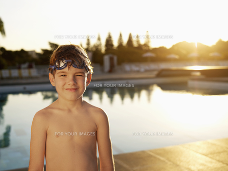 Boy with goggles standing by poolの素材 [FYI00900042]