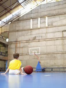 Boy sitting in basketball courtの素材 [FYI00900044]