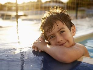 Boy in swimming pool (portrait)の素材 [FYI00900048]