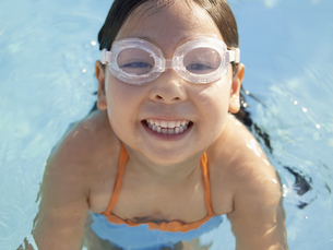 Young girl wearing swimming gogglesの素材 [FYI00900050]