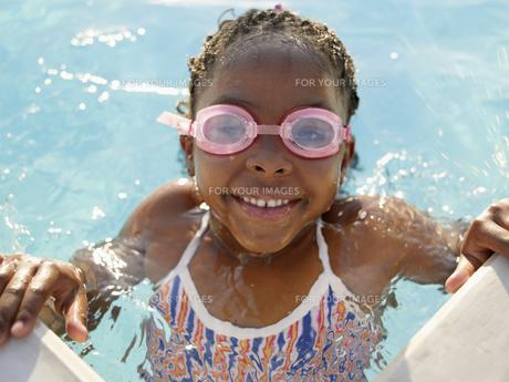 girl wearing swimming goggles in poolの素材 [FYI00900051]