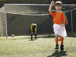 Boy in soccer uniform celebratingの素材 [FYI00900052]