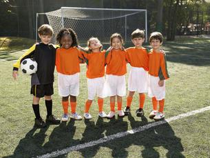 Children standing in soccer fieldの素材 [FYI00900055]