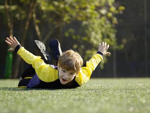 Young boy lying on grassの素材 [FYI00900057]