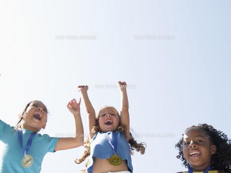 Girls celebrating medalsの素材 [FYI00900058]