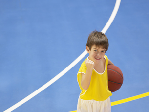 Boy holding basketball and celebratingの素材 [FYI00900061]
