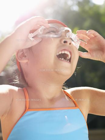 Girl adjusting swimming gogglesの素材 [FYI00900063]