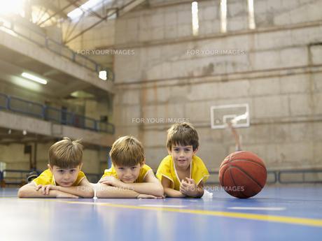 Boys lying on floor near basketballの素材 [FYI00900064]