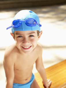 Boy wearing swimming cap and gogglesの素材 [FYI00900068]