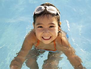 Young girl in swimming poolの素材 [FYI00900074]