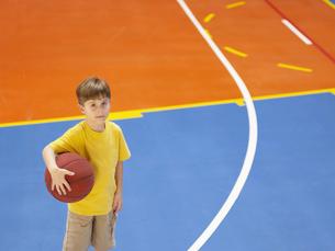 Boy holding basket ballの素材 [FYI00900075]