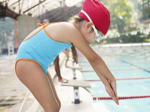 Girl at starting block for swimming raceの素材 [FYI00900076]