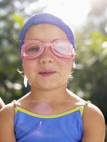 Girl wearing swimming goggles and capの素材 [FYI00900077]