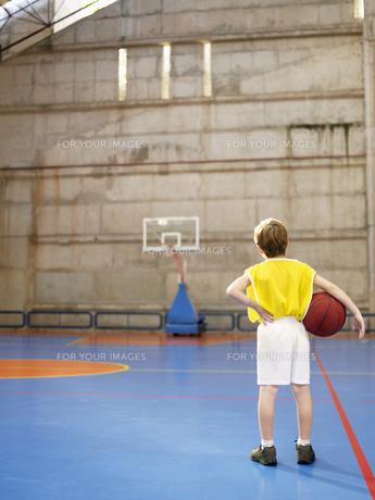 Boy looking at basketball hoopの素材 [FYI00900084]