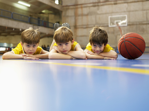 Boys lying on floor near basketballの素材 [FYI00900085]