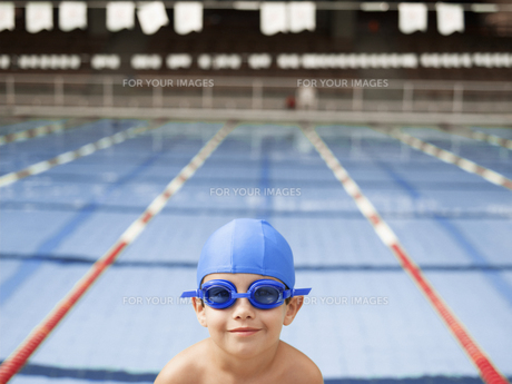 Boy wearing goggles by swimming poolの素材 [FYI00900086]