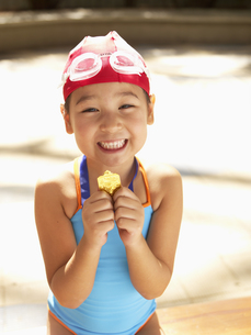 Girl in swimming suit holding 1st prizeの素材 [FYI00900091]
