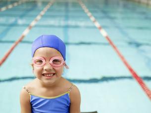 Girl wearing swimming goggles by poolの素材 [FYI00900095]