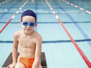Boy at swimming pool (portrait)の素材 [FYI00900097]