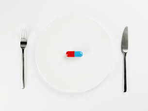 Single pill on white plateの素材 [FYI00900138]