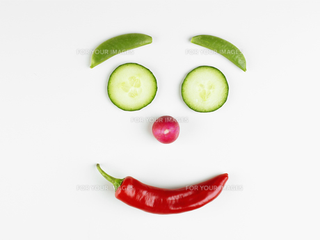 Smiley face made of vegetablesの素材 [FYI00900142]