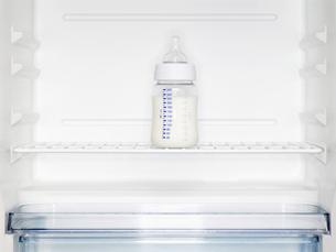 Babys milk bottle in fridgeの素材 [FYI00900164]