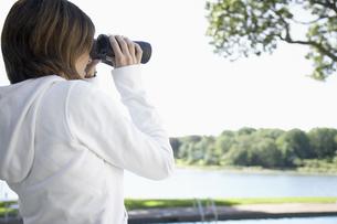 Woman using binocularsの素材 [FYI00900185]