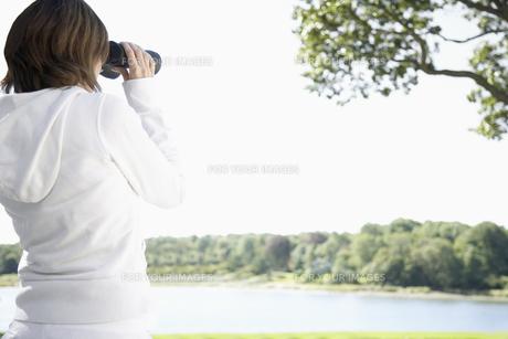 Woman using binocularsの素材 [FYI00900190]