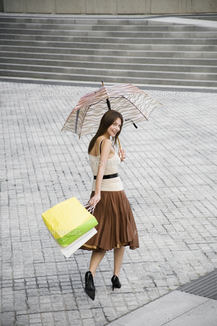 Woman walking across public squareの素材 [FYI00900343]