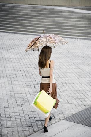 Woman walking across public squareの素材 [FYI00900348]