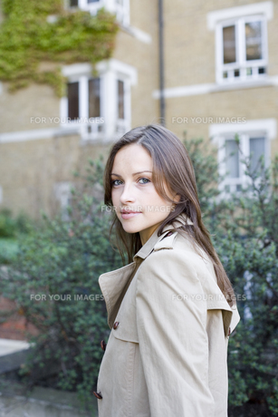 Young woman in trench coatの素材 [FYI00900370]