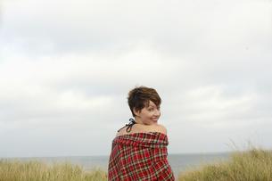 Woman sitting on beachの素材 [FYI00900572]